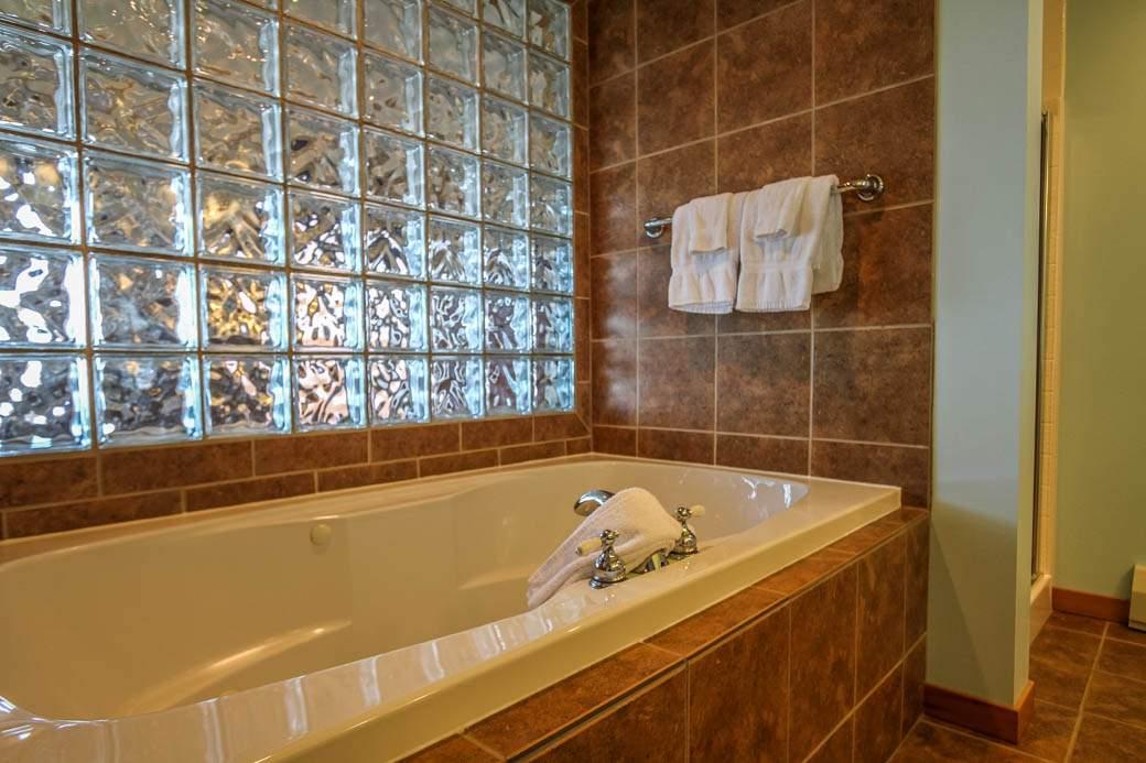 Q14-Aspenwood6526-5-Bathroom-2