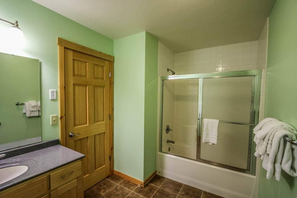 Q17-Aspenwood6526-5-Bathroom2-1