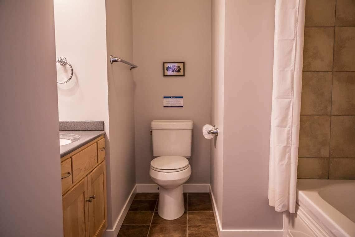 Q12A-Aspenwood6540-5-Bathroom2-1